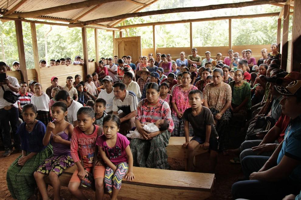 Asamblea de una comunidad maya q'eqchi', afectada por diferentes megaproyectos en la región de Alta Verapaz, en Guatemala.